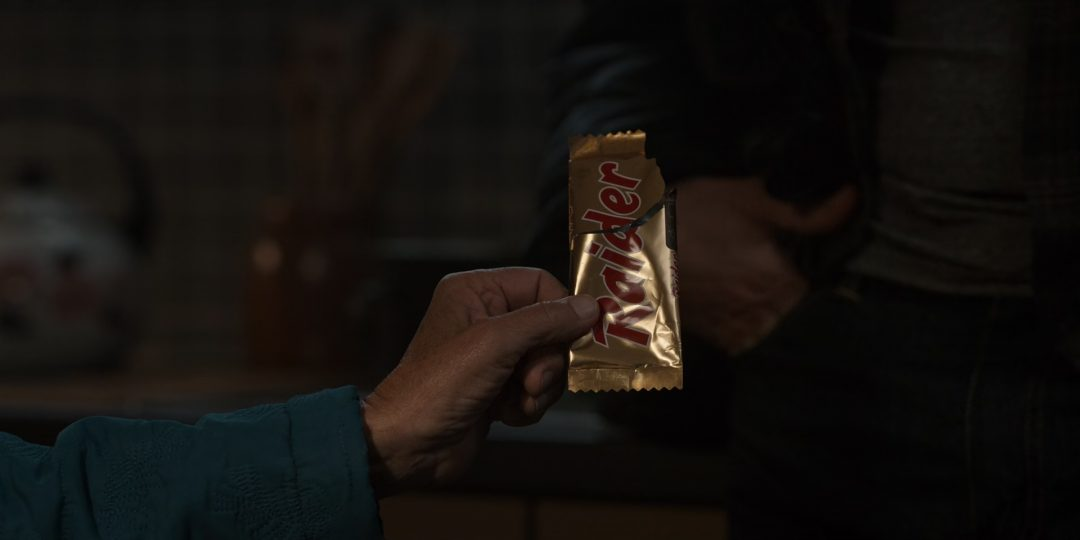(42) Jana found a Twix bar from the 1980s in the woods, from when it was still called Raider
